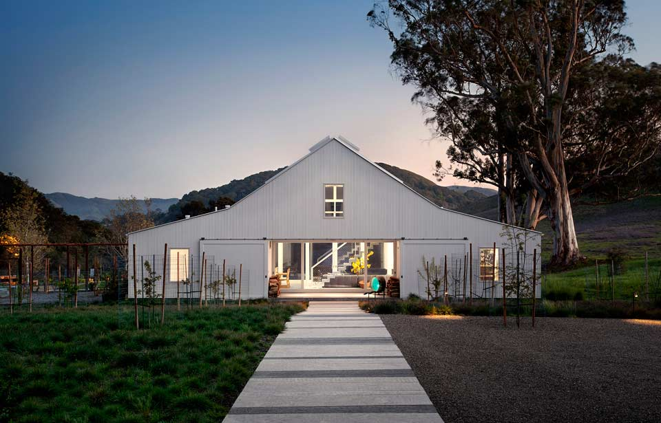 Barn house design by TGH Architects
