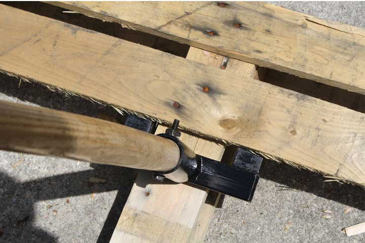 Tool to take pallets apart